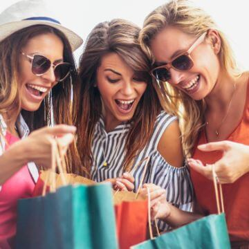 Ladies shopping at an outlet in Barcelona | ForeverBarcelona