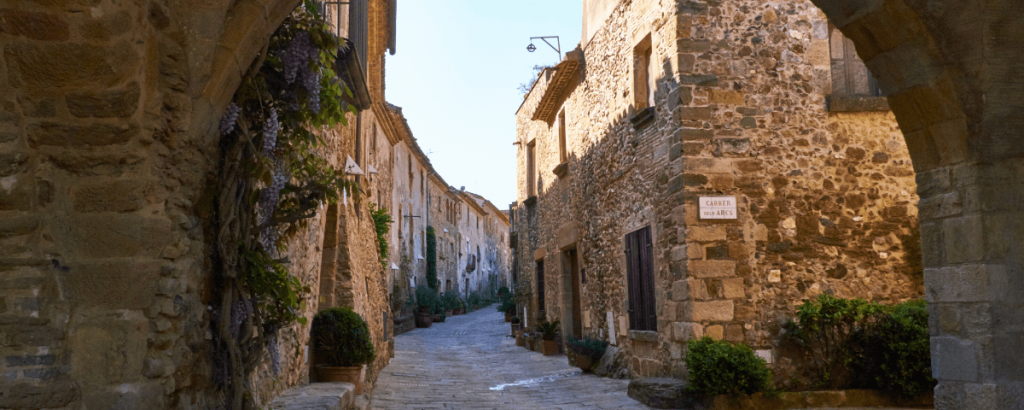 Best medieval towns near Barcelona: strolling around old alleys