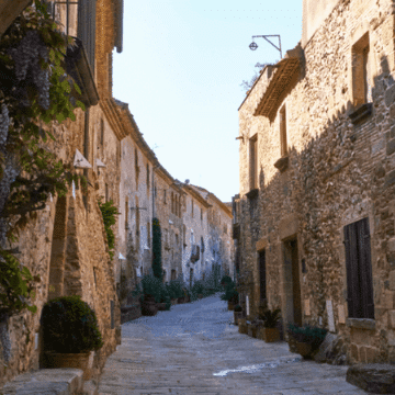 Top medieval towns near Barcelona: strolling around old alleys